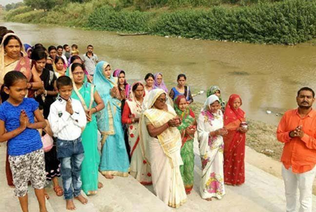 तमसा तट पर सूर्य की आराधना कर महिलाओं ने लिया मोक्षदायिनी के संरक्षण का संकल्प