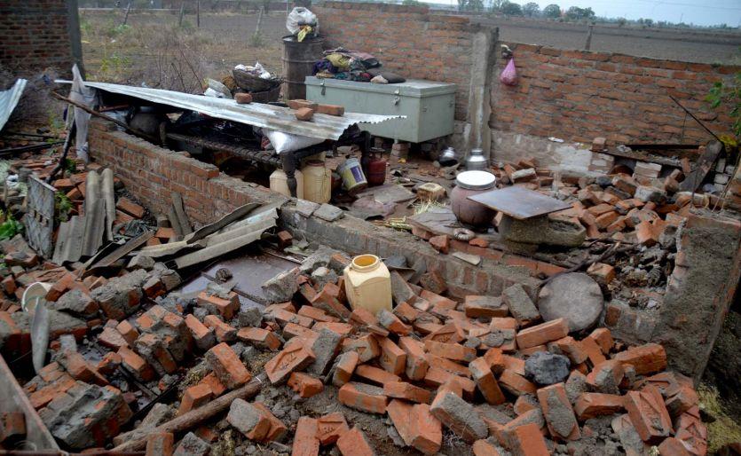 आंधी-बारिश में पक्के मकान भी धराशायी, 12 घायल