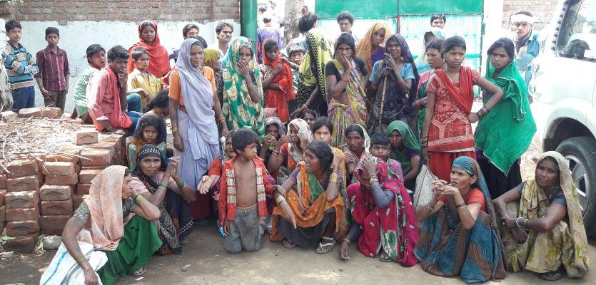 रोती रही महिलाएं अधिकारी ने जब्त किया तेंदुपत्ता