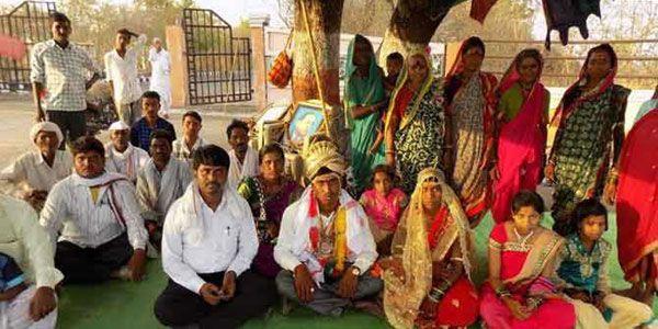 शादी के बाद दूल्हे संग धरने पर बैठी दुल्हन
