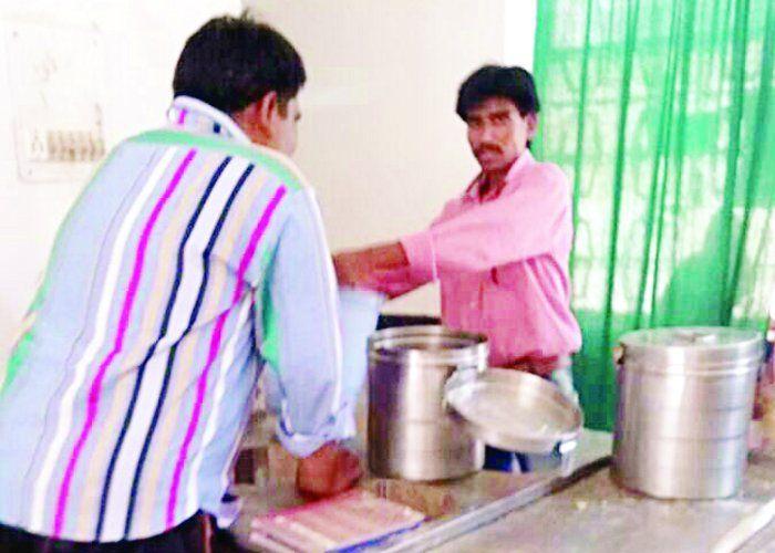 अस्पताल में पैक के बजाये खुला दूध पी पीने को मजबूर मरीज