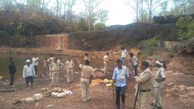 अवैध शराब अडडे पर छापा,नदी से निकाला डेढ़ लाख का महुआ