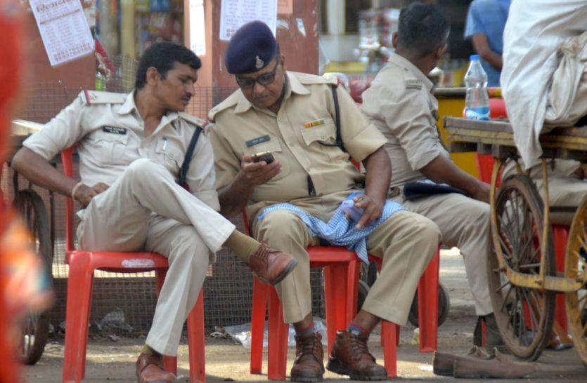 धूप, गर्मी और प्यास से जूझते 48 घंटों से सुरक्षा में लगे हैं पुलिस के जवान