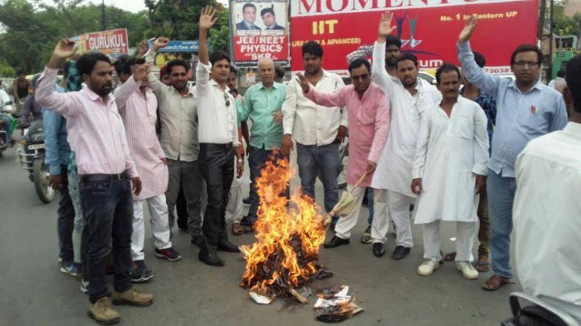 बिजनौर में सिपाही द्वारा रेप किये जाने के विरोध में हुआ प्रदर्शन, पुतला जलाया