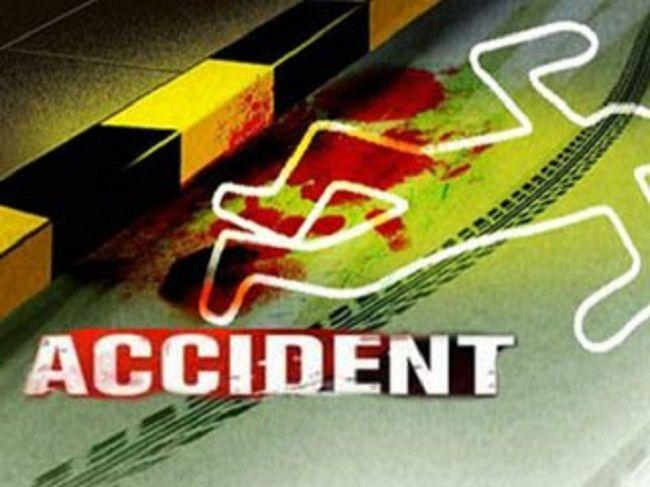 बस व ट्रेलर की टक्कर में छात्र की मौत, सात घायल
