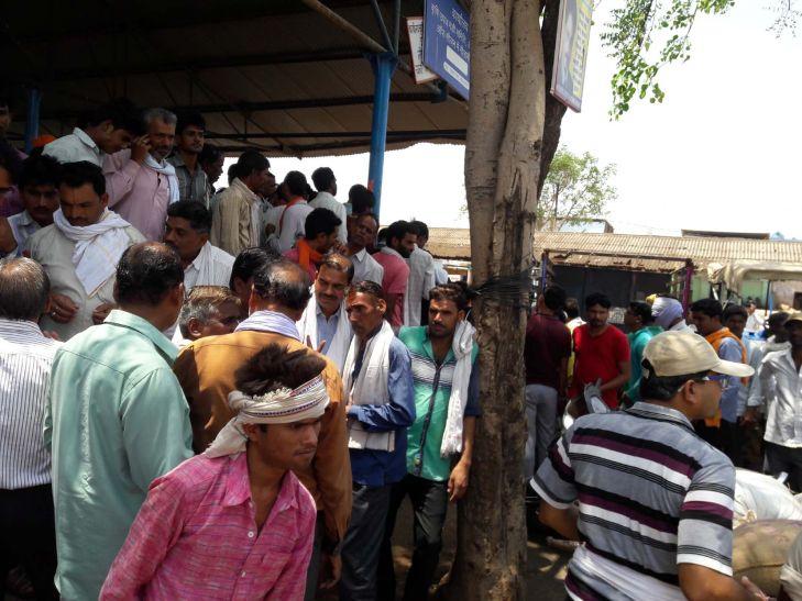 नगद भुगतान के विरोध में व्यापारियों ने मंडी में की अनिश्चितकालीन हड़ताल