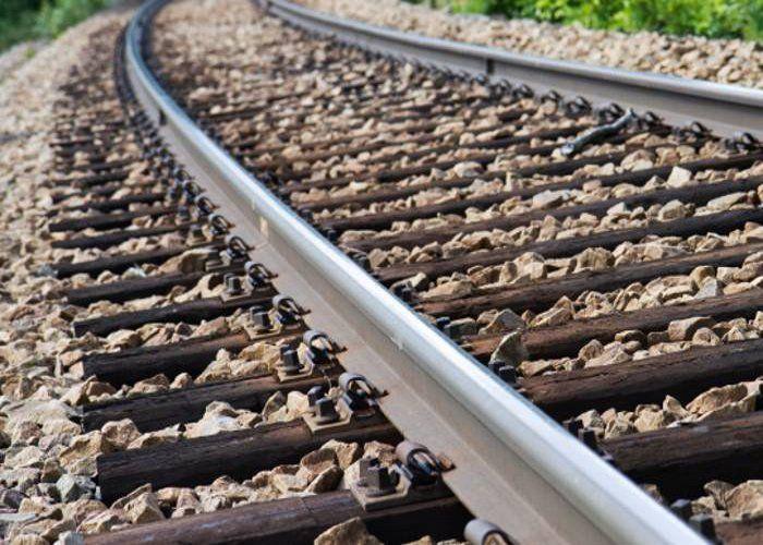 रेलवे ट्रैक पर लोडिंग छोड़कर भागा ड्राइवर