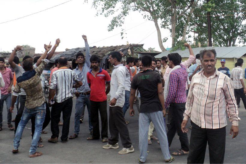 प्रदर्शनकारियों ने किया पथराव, पुलिस ने भांजी लाठी, दागे आंसू गैस के गोले