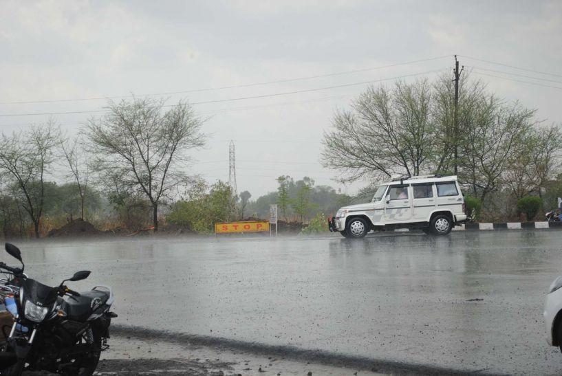 आधे घंटे झमाझम बारिश, उखड़े पेड़, टूटे बिजली के तार