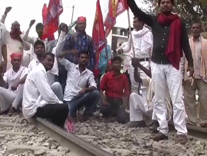 आरक्षण की मांग हुई बुलंद, रेलवे ट्रैक और सड़क को किया जाम
