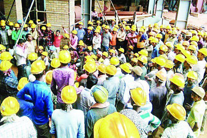 बारिश तो सिर्फ बहाना था मजदूरी ना देकर मजदूरों को नौकरी से जो हटाना था