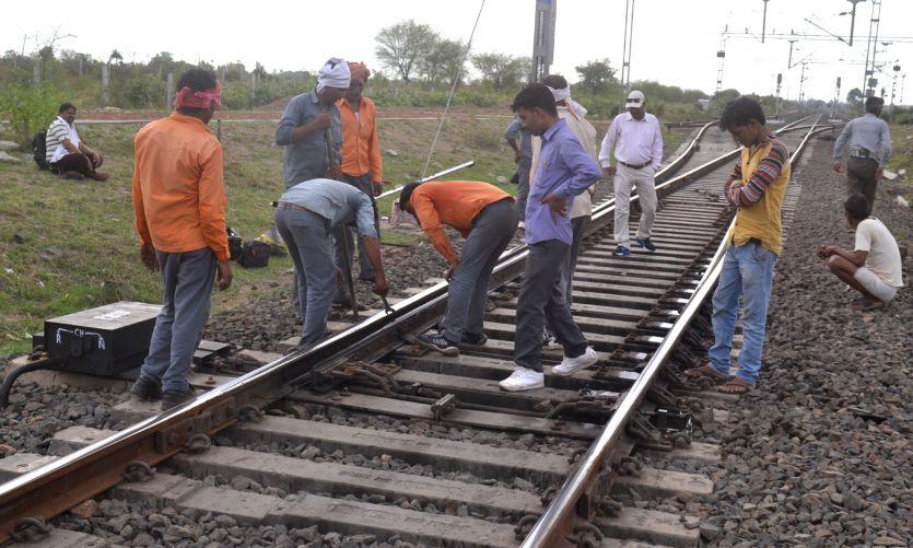 टूटी लाइन से निकली ट्रेन, टला बड़ा हादसा