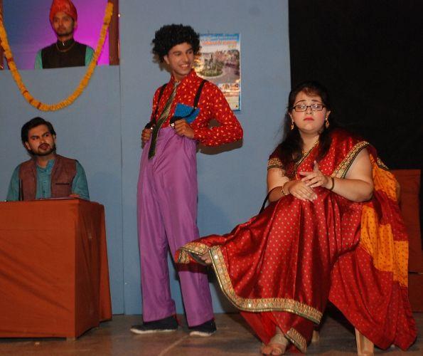 हास्य और व्यंग्य ने दर्शकों को गुदगुदाया