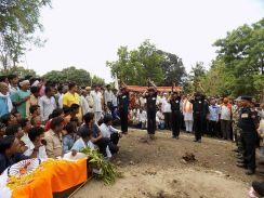जवान के अंतिम दर्शन को उमड़ी भीड़, घर के पास दफनाया शव