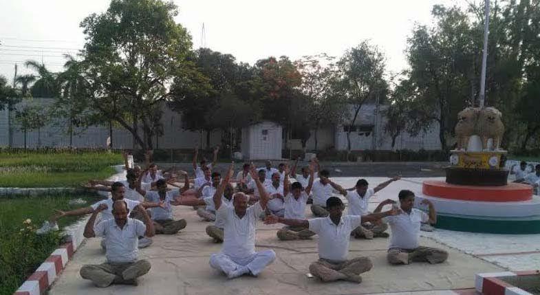 योग शिविर में पीएसी जवानों को कराया गया प्राणायाम का अभ्यास