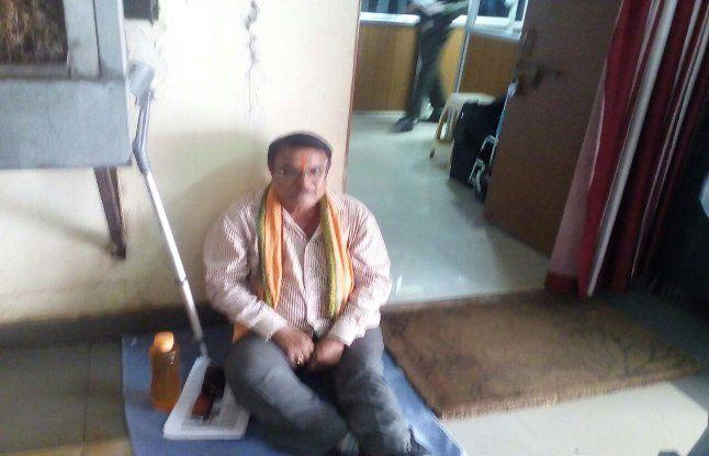 निगम कर्मचारी ने कमिश्नर को डाला मुसीबत में..ऑफिस के सामने बैठा धरने में