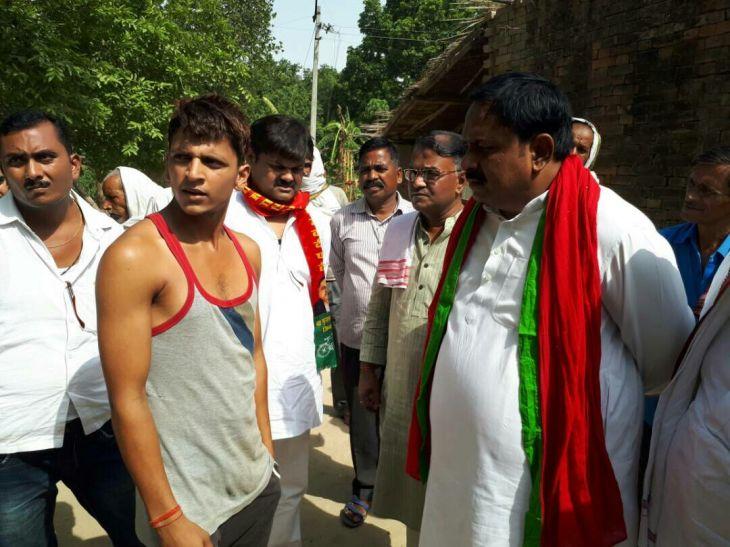 किसान की मौत पर राजनीति शुरू, सपा का प्रतिनिधिमंडल पहुंचा किसान के घर