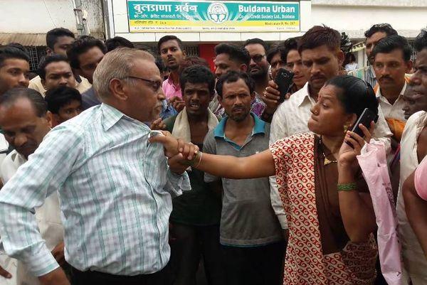 Woman Beat school babu on road in khandwa