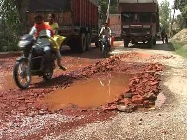गड्ढ़ा मुक्त सड़क के दावे पर फेल हुई योगी सरकार, फतेहपुर की 60 फीसदी सड़कों का बुरा हाल