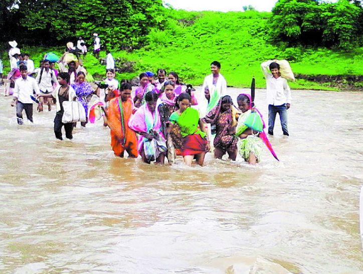 बारिश में फिर नदी पार कर जाएंगे बच्चे स्कूल