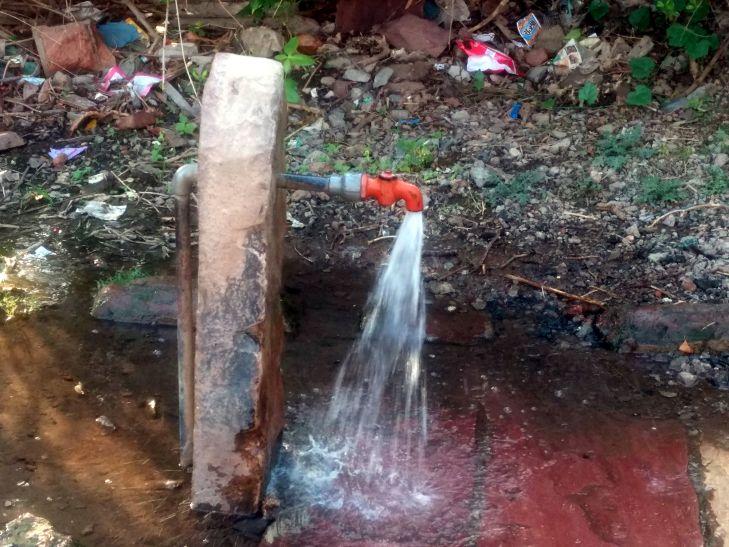 बर्बाद हो रहा सैकड़ों लीटर पानी