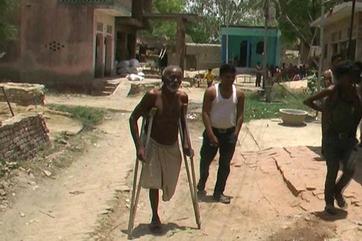 यूपी पुलिस की शर्मनाक करतूत, बुजुर्ग दिव्यांग को बना दिया भू माफिया