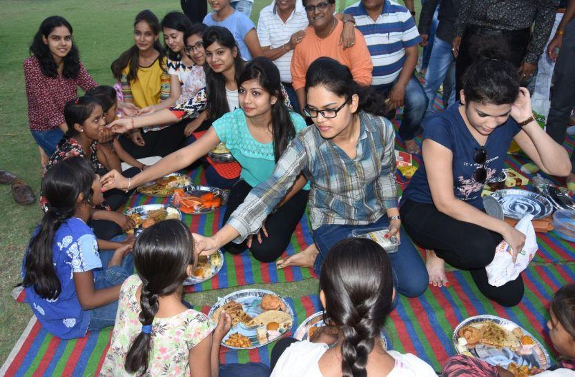 गरीब बच्चों साथ भोजन कर खिल उठे दिल