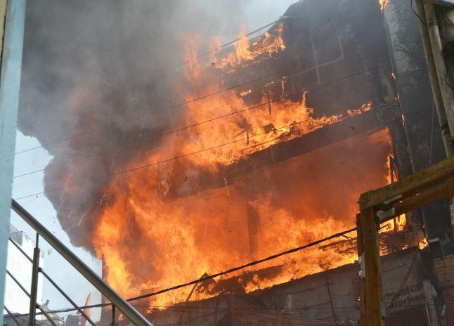 प्लास्टिक गोदाम और फर्नीचर प्लाजा आग में जलकर खाक, 30 लाख का नुकसान