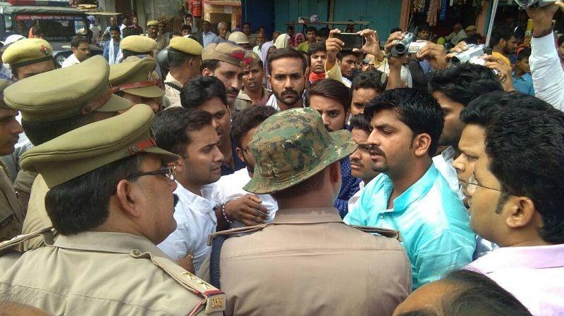साध्वी निरजंना ज्योति के कार्यक्रम में सपा नेताओं की नारेबाजी, पुलिस ने लिया हिरासत में