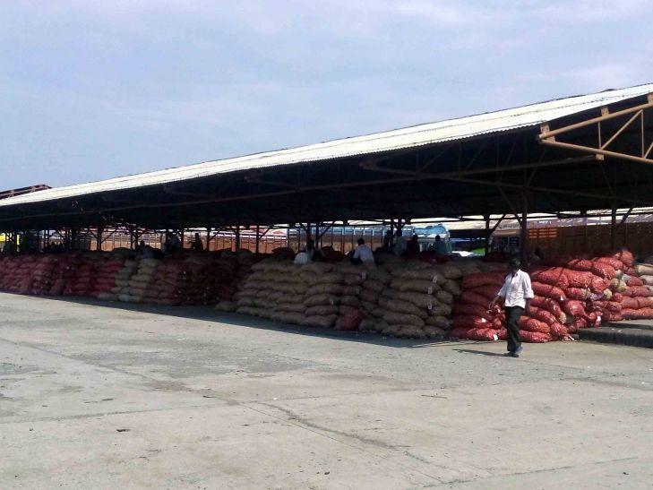 मंडी में किसानों की मेहनत पर अव्यवस्था का ग्रहण