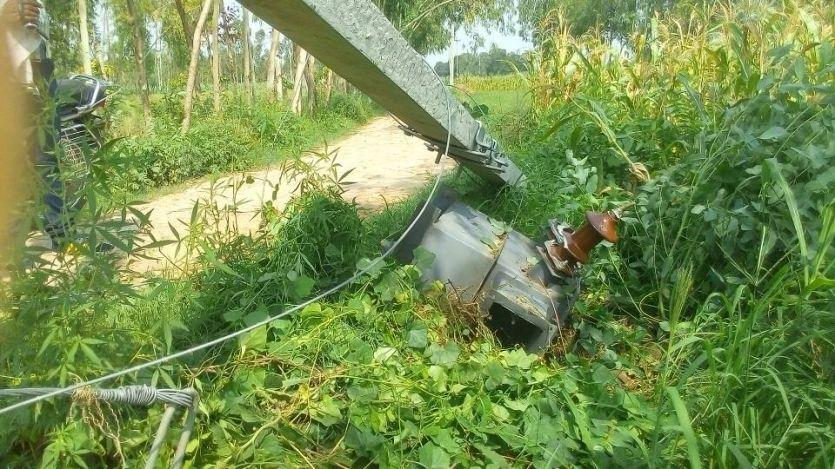 लापरवाही : खेत में पड़ा है ट्रांसफार्मर और लगातार आ रहा है किसानों के घर बिजली का बिल