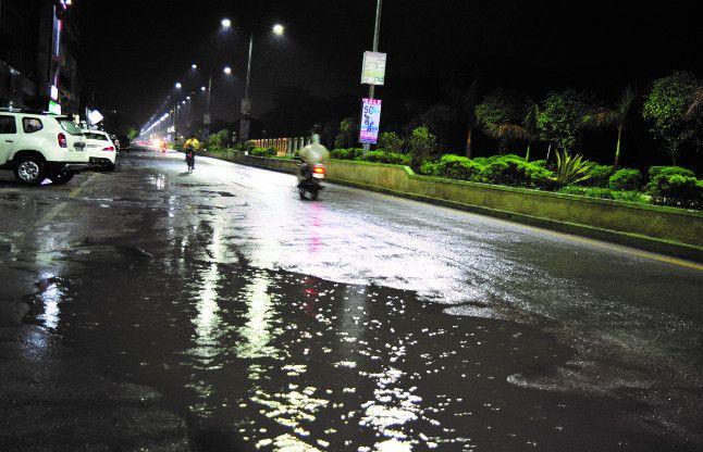 देर रात तक जमकर बरसे बादल, कई क्षेत्रो में पावर कट