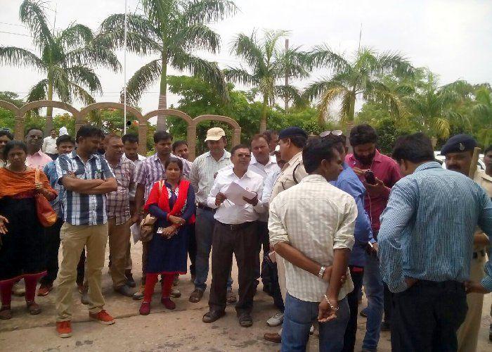मौत के तांडव पर भी नहीं सुधरे हाल, गुस्साए पटवारियों ने घेरकर पकड़ा भाजपा नेता का हाईवा