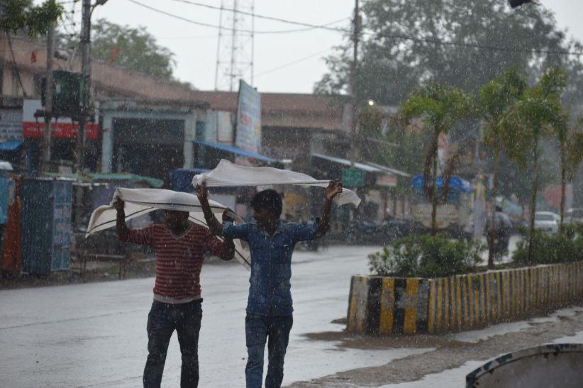 हल्की बारिश से मौसम में घुली ठंडक, घरों में उमस