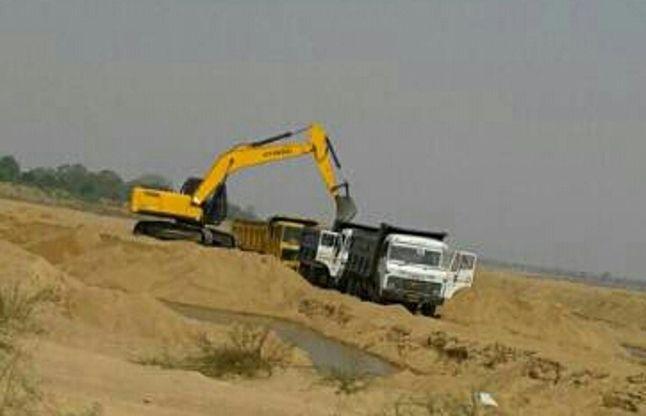 पर्यावरण से खिलवाड़ : खुलेआम हो रहा चेन मशीन से रेत उत्खनन, विभाग मौन