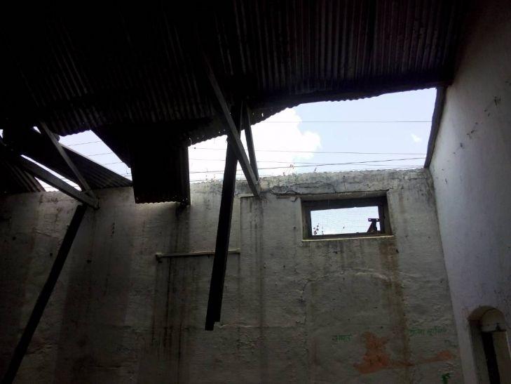 विद्यालय उत्कृष्ट, पर छत नहीं