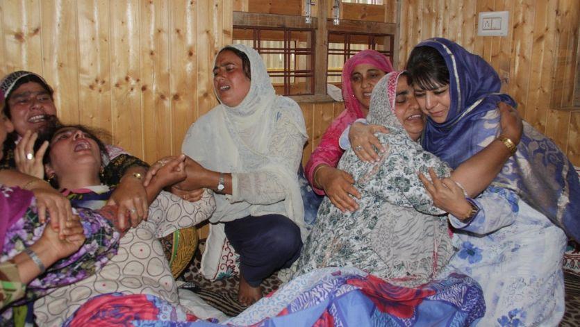 शहीद फिरोज डार के परिवार से मिलीं मुख्यमंत्री महबूबा मुफ्ती