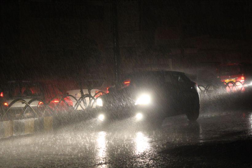 मौसम की आंख-मिचौली से दिन भर उबले, शाम की बारिश से मिला सुकून
