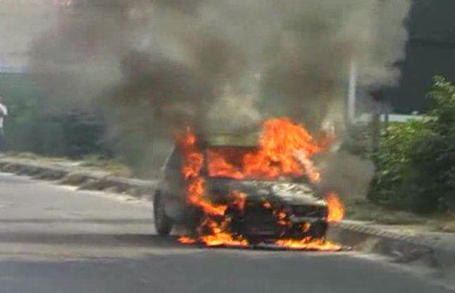 चलती कार में आग लगने से अफरा-तफरी