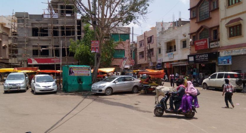 इंदिरा चौक बना पार्किंग और गांधी पार्क आराम स्थल