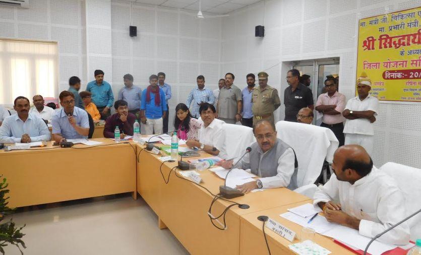 स्वास्थ्य मंत्री सिद्धार्थ नाथ सिंह का अधिकारियों का निर्देश, जनता के फोन का तुरंत दें रिस्पांस