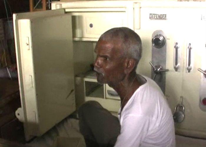 क्राइम ब्रांच का अधिकारी बताकर सर्राफा व्यापारी को लूटा