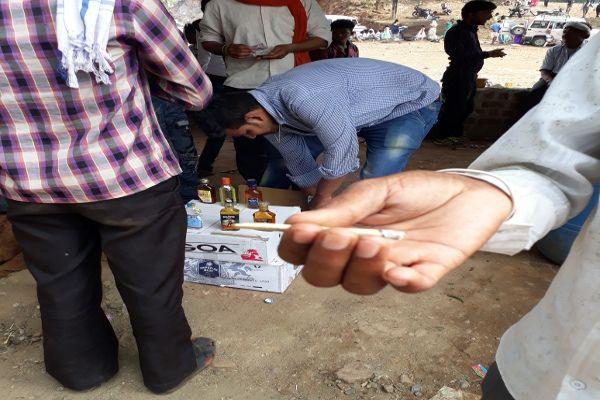एमपी गजब है... यहां पान के ठेलों और फुटपाथ पर बिकती है शराब