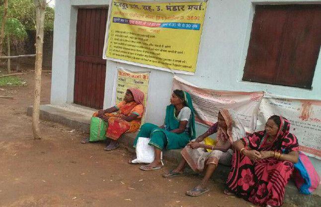 भाजपा नेता के पीडीएस दुकान में ताला, हितग्राही लौट रहे वापस