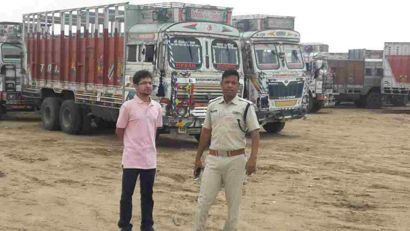 नदी का रास्ता रोक कर रहे थे रेत का अवैध खनन