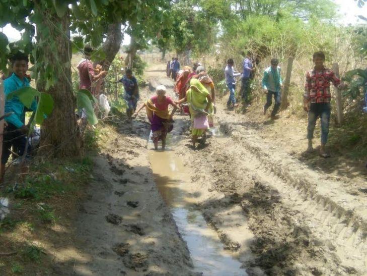 सीएम से गुहार लगाने स्कूल के बच्चे और लाठी टेकते बुजुर्ग पैदल निकल पड़े भोपाल