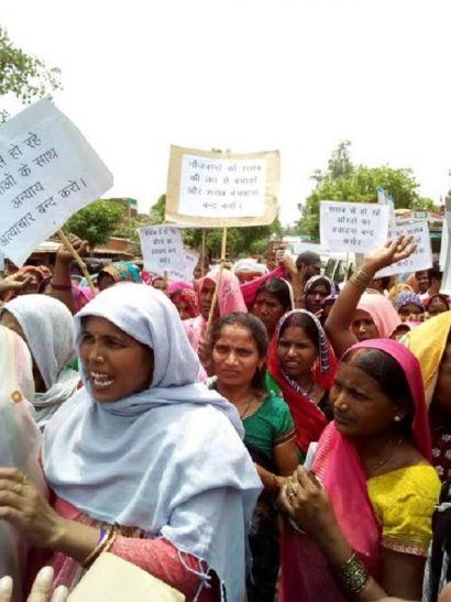 शराबबंदी की मांग को लेकर महिलाओं का जोरदार प्रदर्शन, पुलिस पर भी पथराव