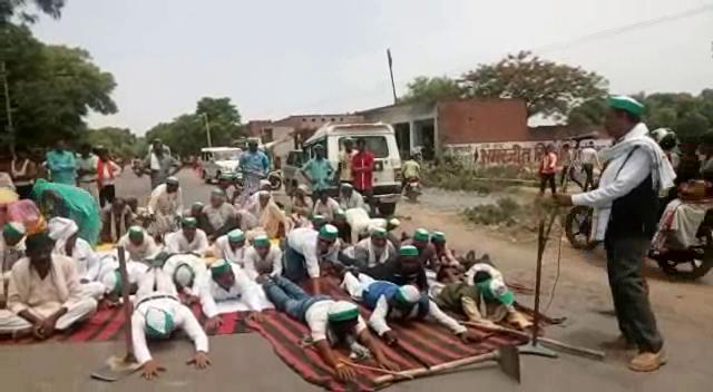 किसानों का सरकार के खिलाफ प्रदर्शन, सड़क पर योग कर जताया विरोध