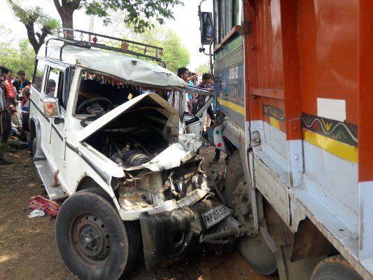 स्टेट हाईवे पर ट्रक-बुलेरो में भिड़ंत, 13 छात्राएं घायल, छह की हालत गंभीर