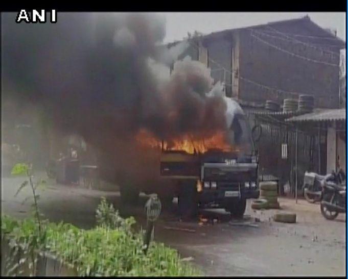 महाराष्ट्र में जमीन अधिग्रहण को लेकर किसानों का उग्र आंदोलन, कई वाहनों को फूंका